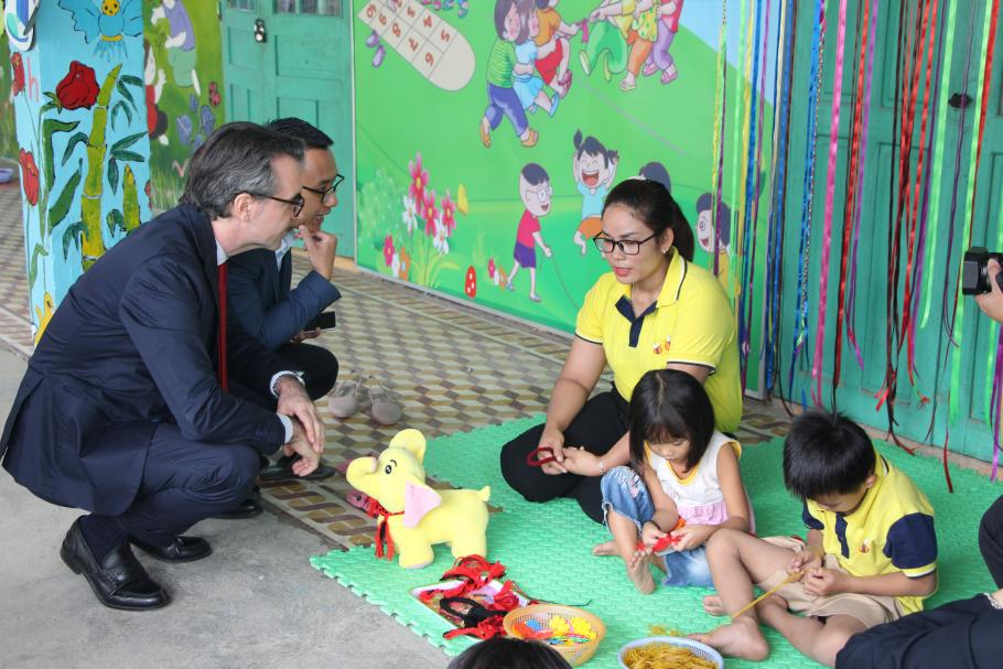 EU Ambassador Aliberti and a preschool teacher at Ta Bhing – Ta Pơơ preschool, Nam Giang district, Quang Nam province